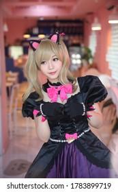 Japan Anime Cosplay, Porträt von Mädchen Cosplay in rosa Raum Hintergrund