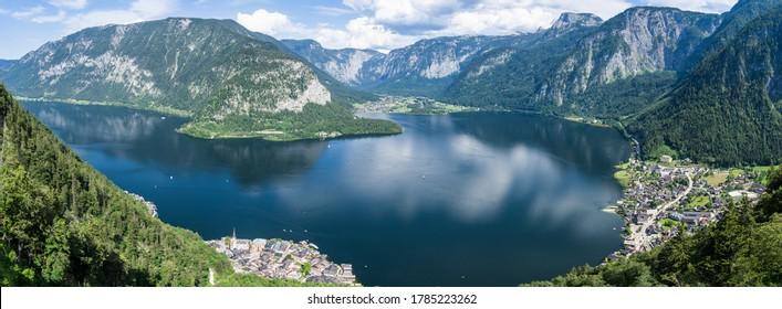 ハルシュタット、山々、湖のパノラマビューハルシュタット世界遺産の視点からご覧ください。村はオーストリアアルプスで人気のある観光地です。