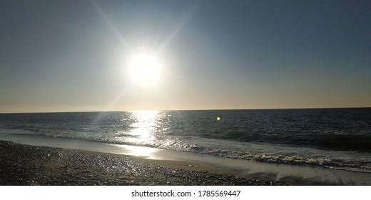 Die Sonne geht unter zum Meer