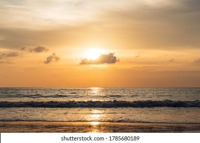 Schöner Himmel und Meer am Abend am Patong Beach Phuket, Thailand