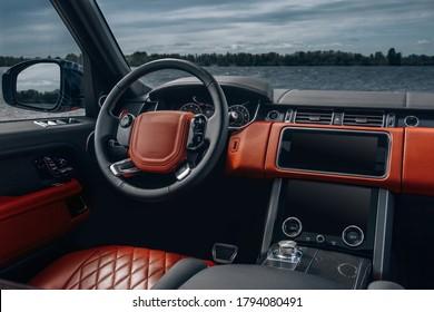 レザーパネル、マルチメディア、ダッシュボードを備えたモダンなSUV車のインテリア
