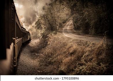 古い田舎道は古い鉄道で曲がる