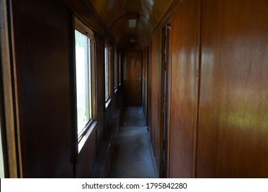 木造電車のコンパートメント回廊