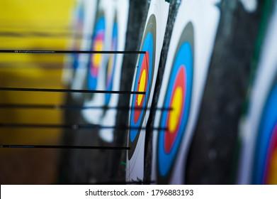 Bogenschießen. Pfeile im Bogenschießziel auf Bogenschießstand