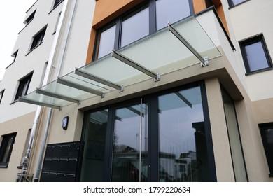 Nueva marquesina de puerta de entrada de vidrio.