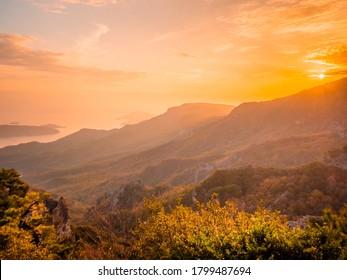 Die Landschaft der Berge mit Ahornblättern nach Sonnenuntergang im Herbst oder Herbst, Kankakei in der Präfektur Kagawa
