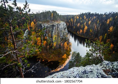 Das Ristikallio ist eine raue Felsformation im Fluss Avento, die neben diesem Felsen fließt. Oulanka Nationalpark, Nordfinnland.