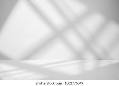 窓からの影と光で製品プレゼンテーションの灰色の背景