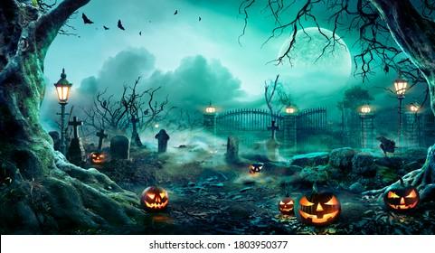 不気味な夜の墓地のカボチャ-ハロウィーンの背景