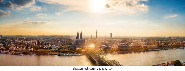 Kölner Panorama mit Kölner Dom und Rhein an einem schönen Sommerabend