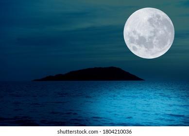 夜の海の上の満月。