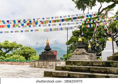 Tres estupas y coloridas banderas de adoración en el templo de Swayambhunath en la ciudad de Katmandú. Monasterio budista.