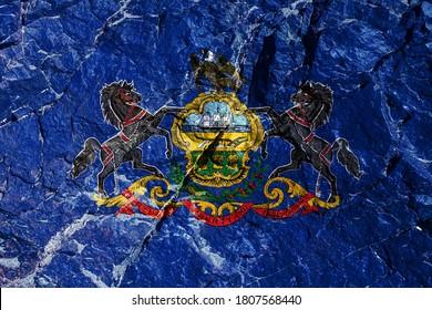シール付きの青の米国ペンシルベニア州の国旗:船、すき、小麦の束。紋章-ワシ; 盾の端には2頭の黒い馬がいます。登山中の登山者のロックグラフィティ。
