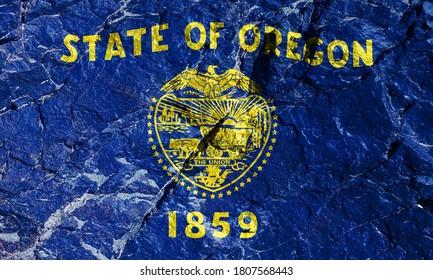 オレゴン州旗は、金のフリンジが付いた唯一のリバーシブルネイビーブルーの旗です。フロントパネルにはビーバープリントが施されています。登山中の登山者のロックグラフィティ。