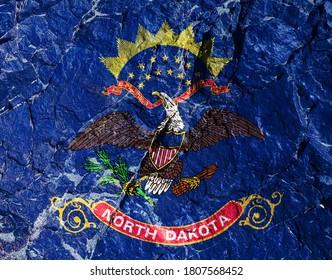 国旗USAノースダコタは、「多くの人から」をモットーに、開いたくちばしとリボンが付いた山の壁にあるワシのイメージです。矢印は左足に固定され、右は赤い実のあるオリーブの枝です。