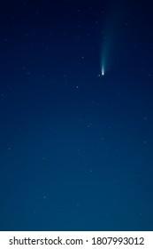 Schöner dunkler Nachthimmelhimmel mit echtem fliegenden Neowise-Kometen im Jahr 2020