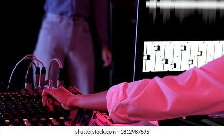DJ-Frau und Sounddesignerin genießen die Musik in ihrer Trackaufnahme. Frau, die Musik und Anpassungswiedergabe trägt, die Kopfhörer tragen. Konzept Toningenieur arbeitet im Studio