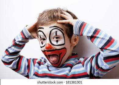 kleiner süßer Junge mit Schminke wie Clown, pantomimische Ausdrücke hautnah