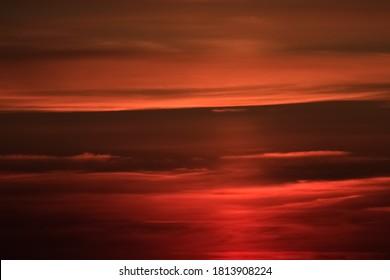 Schöner roter Sonnenaufgang in Burgund