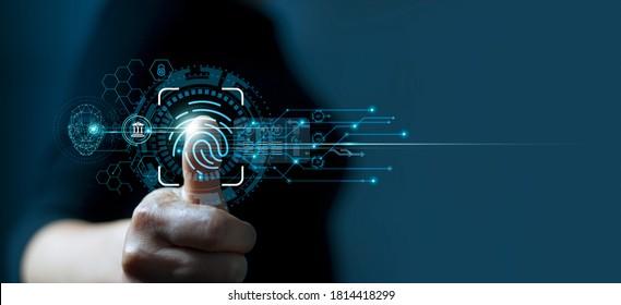 Geschäftsmann, der Fingerabdruckidentifikation verwendet, um auf persönliche Finanzdaten zuzugreifen. Idee für E-Kyc (elektronisch kennen Sie Ihren Kunden), biometrische Sicherheit, Innovationstechnologie gegen digitale Cyberkriminalität