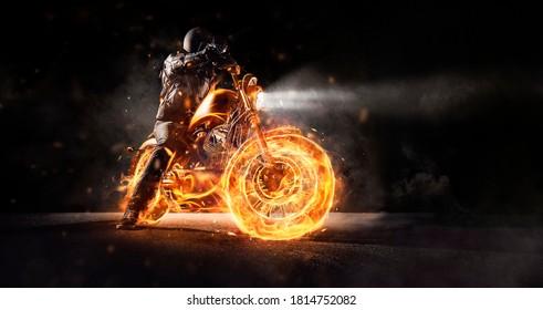 Motociclista oscuro en motocicleta en llamas por la noche. Foto de papel tapiz de arte oscuro de moto chopper.