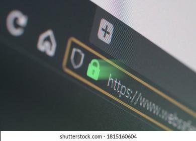 浅い焦点、https南京錠を通して輝く光のLCD画面上のダークウェブブラウザのクローズアップ。インターネットセキュリティ、SSL証明書、サイバーセキュリティ、検索エンジン、Webブラウザの概念