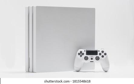Consola de juegos blanca y controlador con fondo