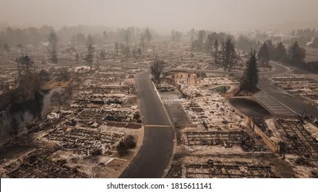Vista aérea del Almeda Wildfire en el sur de Oregon Talent Phoenix Northern California. El fuego destruye el sustento de muchas personas y les da un vuelco a sus vidas después de que el fuego arrasara la ciudad.