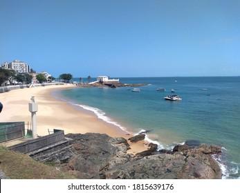 Paradise Beach, Salvador, Bahia, Brasilien. Luftlandschaft Salvador, Bahia. Luftlandschaft des Stadtbildes. Luftaufnahme des Paradiesstrandes, Salvador, Brasilien. Strand. Salvador, Bahia, Brasilien. Naturlandschaft