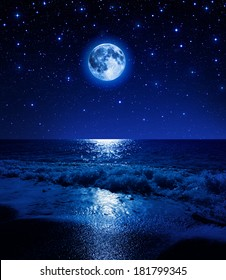 super luna en el cielo estrellado en la playa del mar