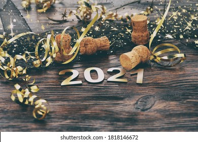 明けましておめでとうございます。木製の背景に番号2021からのシンボル