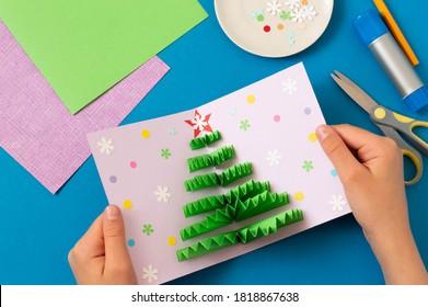Wie man Weihnachtskarte mit volumetrischem Baum macht. Ursprüngliches Projekt für Kinder. DIY-Konzept. Schritt-für-Schritt-Anleitung für Fotos. Schritt 9. Karte mit Konfetti und Schneeflocken dekorieren