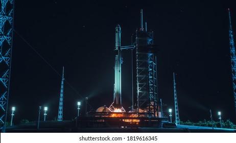 Launch Pad Complex: Erfolgreicher Raketenstart mit Crew auf einer Weltraumerkundungsmission. Fliegendes Raumschiff sprengt Flammen und Rauch beim Start. Menschlichkeit im Weltraum, Eroberung des Universums