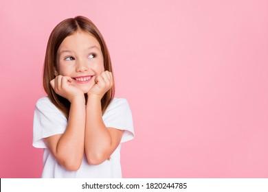 Nahaufnahmeporträt von ihr sie schön aussehend attraktive reizende schöne süße neugierige fröhliche fröhliche kluge kluge Mädchen, die neue Ideenlösung schaffen, kopieren Raum isoliert rosa Pastellfarbenhintergrund