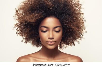 きれいな健康な肌を持つアフリカ系アメリカ人の黒人女性の美しさの肖像画。ライフスタイルと化粧品。美しいアフロの女の子。巻き毛。