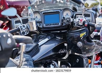 Cerca del tablero de la motocicleta moderno y elegante