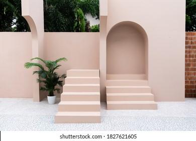 ピンクの塗られた壁と自然光のシーンでの写真撮影のための弧の小さなステップ/スタジオコンセプト/ローズピンクのテーマ/屋外スタジオ/モダンなミニマルスタイルの最小限の空のスペースシーン