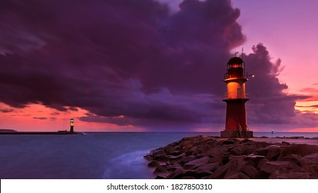 Sonnenuntergangslandschaft mit Merusuar und rotem Himmel 4k