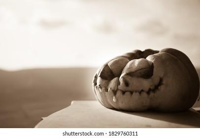 Horror Halloween concept. Close-up van enge dode Halloween-pompoen. Rotte pompoenkop. Selectieve aandacht