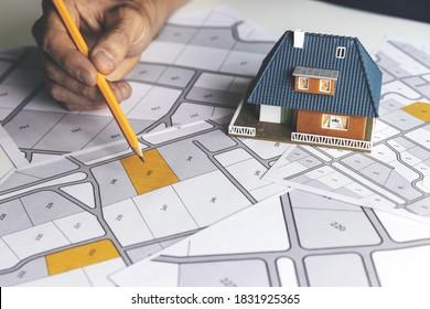 地籍図で住宅建設用の土地の建築区画を選択する
