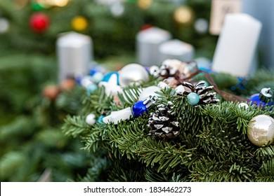 Adventskranz mit Kerzen auf dem Weihnachtsmarkt, Nahaufnahme, Weichzeichner