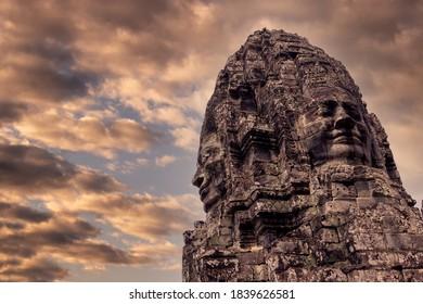 Cara de Buda en el templo de Bayon en el complejo de Angkor Wat en la ciudad de Siem Reap, Camboya. Talla de piedra de la antigua arquitectura jemer