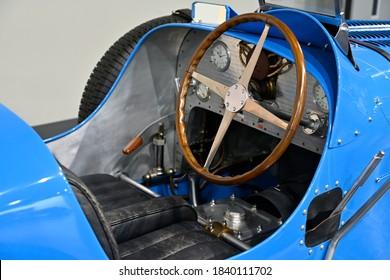 Istorinis automobilio prietaisų skydelis ir vairas