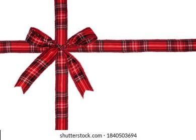 赤い格子縞のクリスマスギフトの弓とリボンは、白い背景で隔離の包まれたギフトボックスとして配置