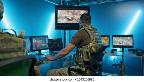 インテリジェンスの秘密基地に隠れながらコンピュータシステムに取り組んでいる軍人
