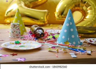 Unordentlicher Raum nach der Partyfeier