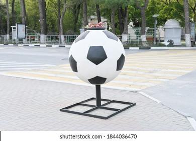 Straßenvase in Form von riesigen Fußball- oder Fußballklassikern, Sport- und Fußballspielkonzept. Weltmeisterschaft.