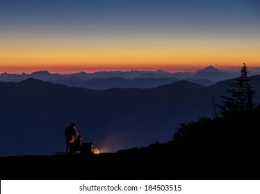 美しい夕日の景色を望む山頂でのキャンプ