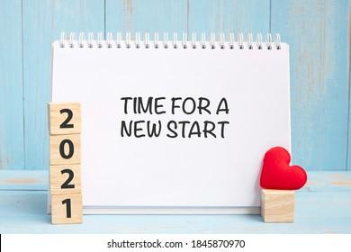 Время для новых слов и 2021 кубиков с украшением в форме красного сердца на синем фоне деревянного стола. Новый год Новый год, вы, цель, решение, здоровье, любовь и концепция счастливого дня святого Валентина