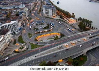 ハンガリー-ブダペスト-ドローンビューからドナウ川の隣にあるボラロス広場